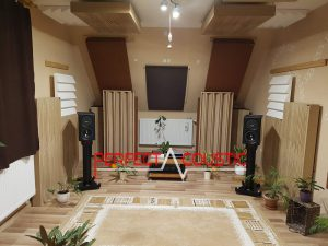 akustisk diffusor placeret i biografrummet (2)