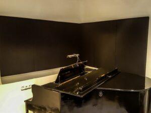 akustisk panel placeret i klaverrum (4)