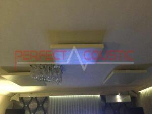akustisk panel placeret i loftet i biografrummet