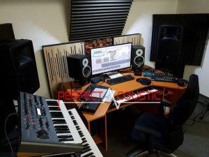 bruger-af-træ-akustiske-diffusorer-bag-højtalere-300x225