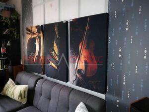 et trykt akustisk panel på væggen i biografrummet