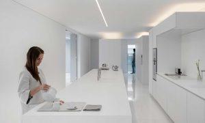 minimalistisk hvid villa køkken