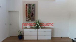trykt akustisk panel midt i stuen
