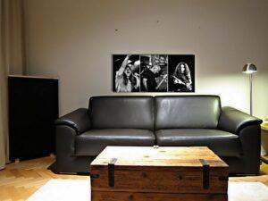 trykt akustisk panel på sofaen