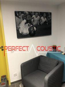 trykt akustisk panel på væggen